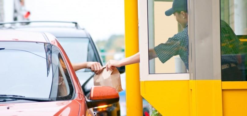 WSZEDŁ PRZEZ OKIENKO DO RESTAURACJI TYPU DRIVE