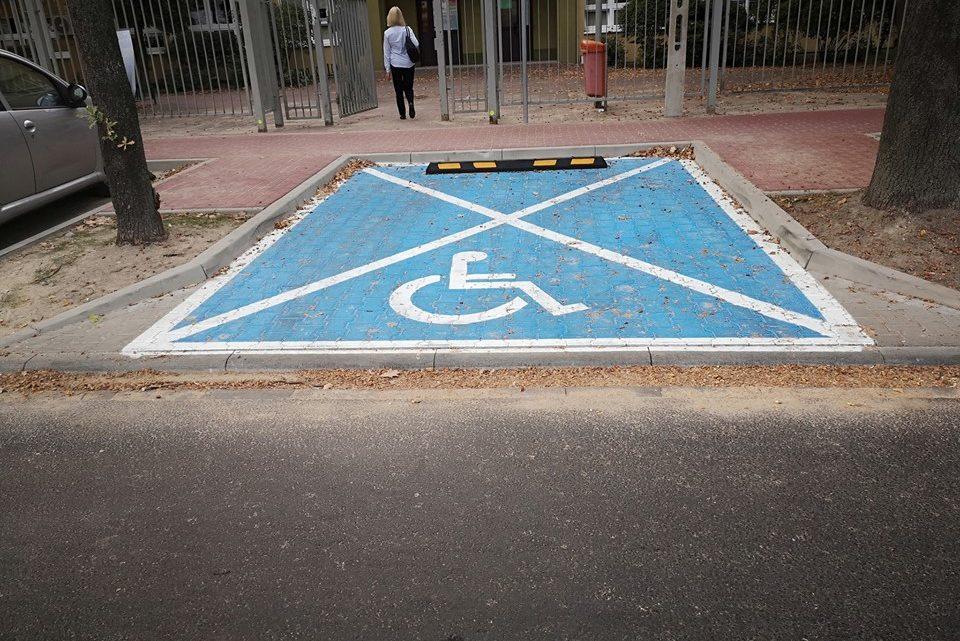 Nowe miejsce parkingowe dla niepełnosprawnych na Szkolnej